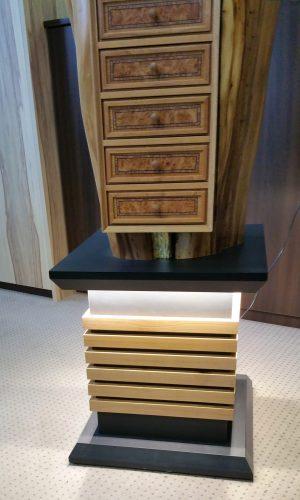Upcycling Möbelsäule - Detailaufnahme der unteren beleuchteten Säule