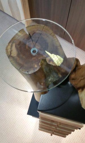 Upcycling Möbelsäule - Draufsicht auf den Stamm mit montierter Glasplatte