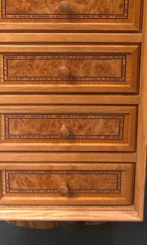 Upcycling Möbelsäule - Detailaufnahme der Schubläden mit Intarsien