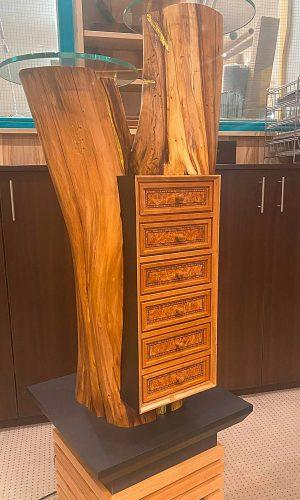 Upcycling Möbelsäule - Komplettansicht des Möbelstückes. Gefertigt von der Schreinerei Fleischmann